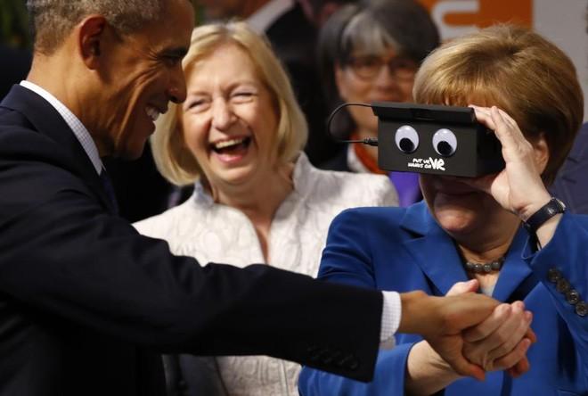 Bà Merkel và ông Obama dùng thử thiết bị thực tế ảo (VR) PMD trong chuyến tham quan triển lãm công nghiệp Hannover Messe ở Hanover, Đức, ngày 25/4/2016 - Ảnh: Reuters. </div> <div>