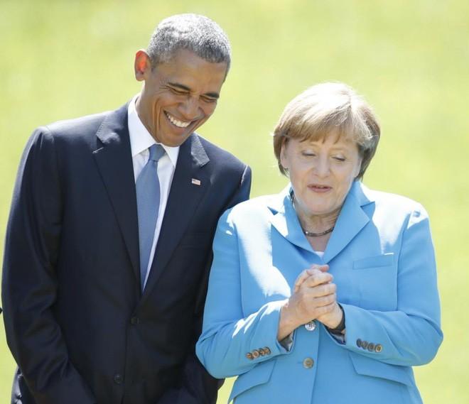 Ông Obama và bà Merkel chuẩn bị chụp một bức ảnh chung trong cuộc gặp tại lâu đài Elmau ở Kruen, Đức, ngày 7/6/2015 - Ảnh: Reuters.