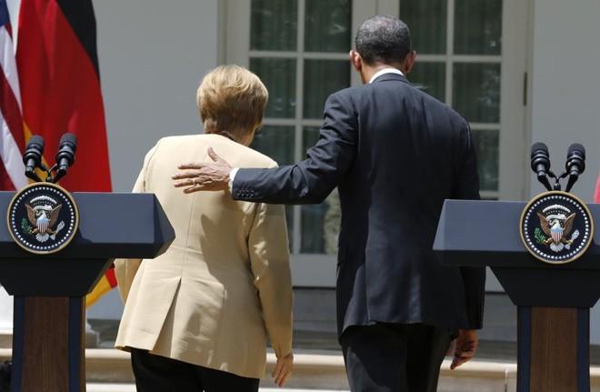 Ông Obama và bà Merkel rời một cuộc họp báo chung tại Vườn Hồng, Nhà Trắng, ngày 2/5/2014 - Ảnh: Reuters.