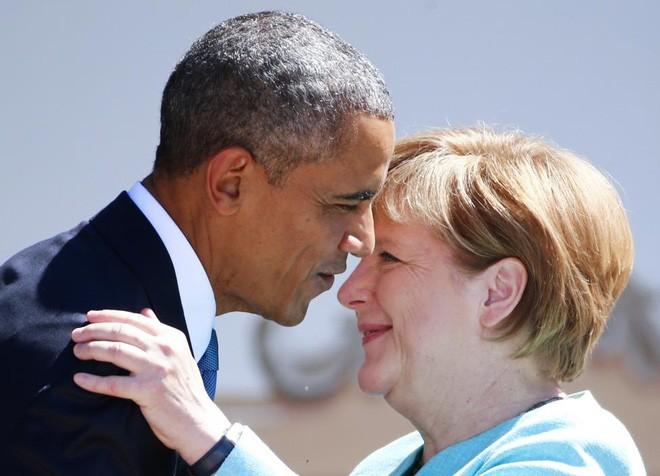 Cái ôm thân mật giữa bà Merkel và ông Obama khi hai nhà lãnh đạo tới thăm vùng Kruen ở miền Nam nước Đức, ngày 7/6/2015 - Ảnh: Reuters.