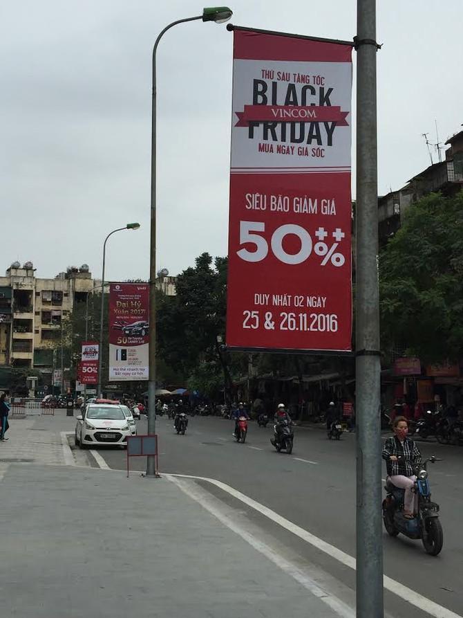 'Bão' Black Friday: Giảm 70% giăng khắp vỉa hè kéo khách