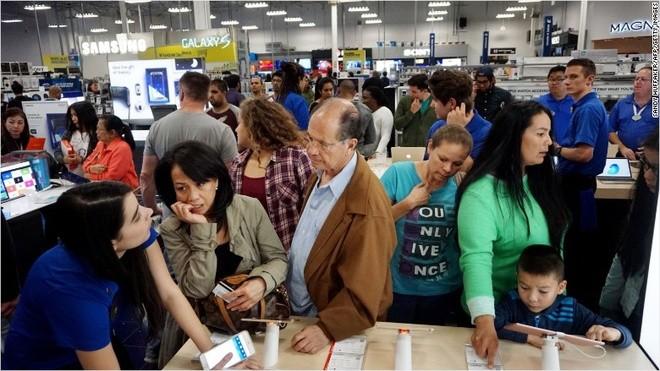 Xếp hàng, tranh mua TV giảm giá trong ngày Black Friday