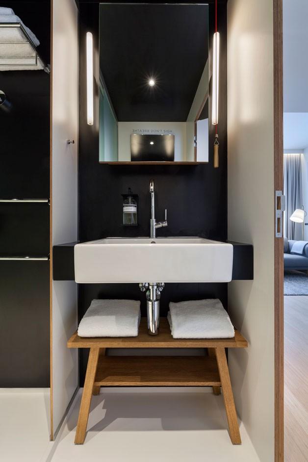 Tuy nhỏ nhưng khu vực nhà tắm phía đối diện rất thoáng sạch và vô cùng sang trọng.