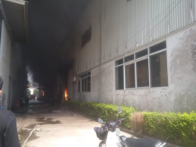 Hà Nội: Đang cháy lớn ở KCN Ngọc Hồi - Ảnh 3.