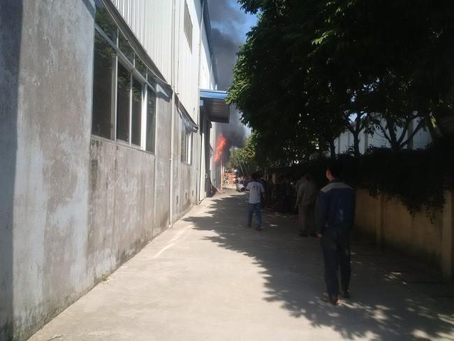 Hà Nội: Đang cháy lớn ở KCN Ngọc Hồi - Ảnh 4.