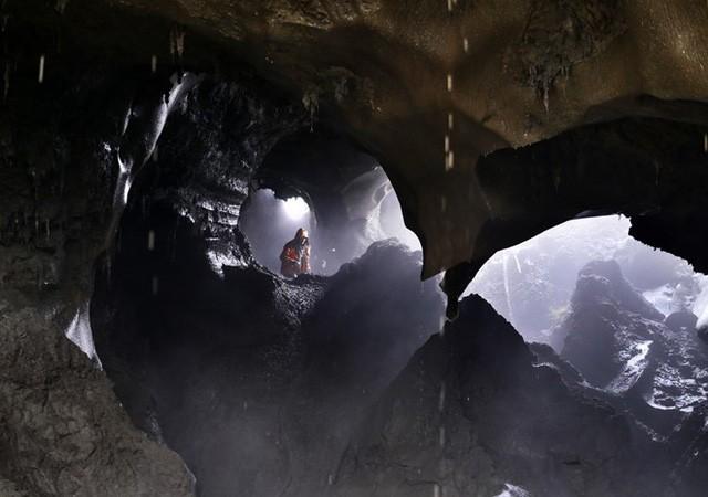 Những người săn ngà voi đến vùng khai thác vào mùa hè, nơi những bộ xương của voi ma mút được chôn vùi sâu dưới lớp băng vĩnh cửu cả nghìn năm.