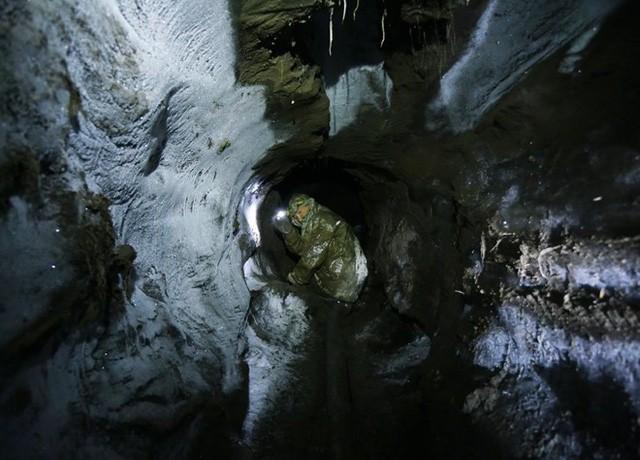 Một số đường hầm khai thác ngà voi được khoan sâu tới 60m vào sườn đồi. Những người khai thác ngà voi luôn phải trốn tránh sự săn lùng của các cán bộ bảo vệ môi trường và cảnh sát.