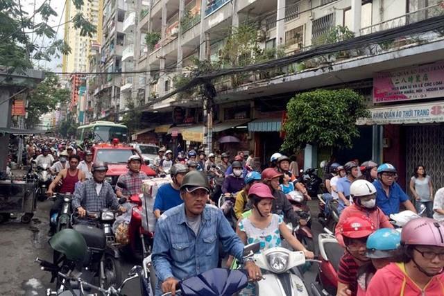 Vụ cháy khiến tuyến đường Nguyễn Trãi kẹt xe nghiêm trọng. Ảnh: Lê Trai.