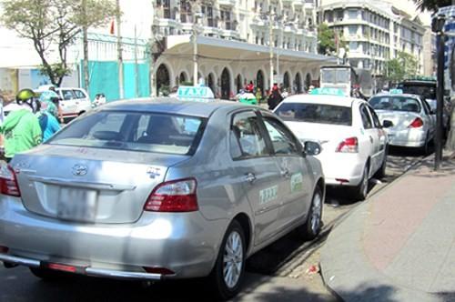 """Ôtô đậu trái phép ở Sài Gòn, chuyên gia nói """"cần thiết bị khoá bánh"""""""