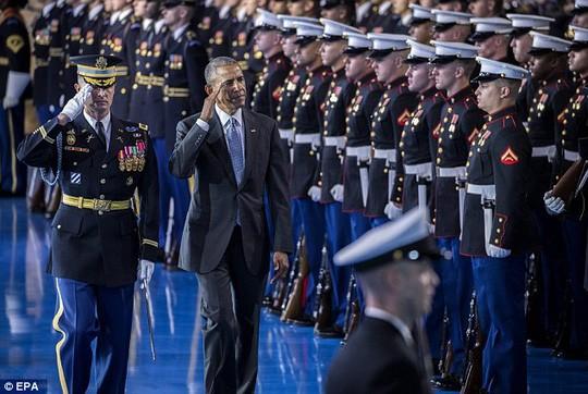 Tổng thống Obama chào từ biệt lực lượng vũ trang. Ảnh: EPA