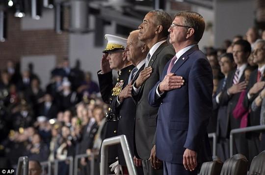 Tổng thống Obama được trao tặng huân chương Distinguished Civilian Service vì những đóng góp suốt 8 năm qua. Ảnh: EPA