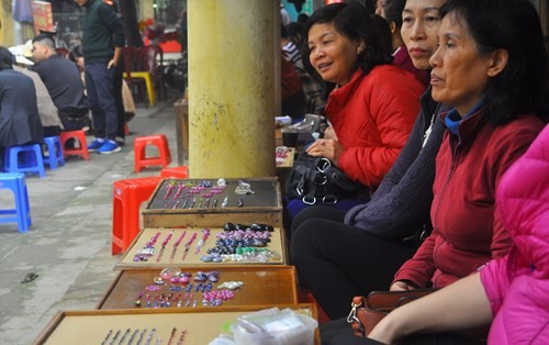 Chị Thanh, một dân buôn cho hay, chợ họp buổi sáng đến trưa mỗi ngày. Ngày thường 15-20 gian hàng nhưng ngày cận Tết hầu hết hơn 40 gian được bày bán phục vụ nhu cầu của các đại lý, dân buôn khắp các tỉnh miền Bắc.