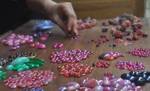Các sản phẩm nổi bật là Ruby, Saphia... Đây là hai dòng đá quý nhất, giá trị nhất được phân cấp theo chất lượng, màu sắc, độ trong từng viên.