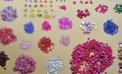 Một gian hàng đủ loại đá quý tại chợ Lục Yên.