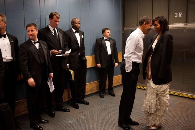 Ông Obama không ngại thể hiện tình cảm với vợ mình khi sau lưng họ là các đặc vụ.