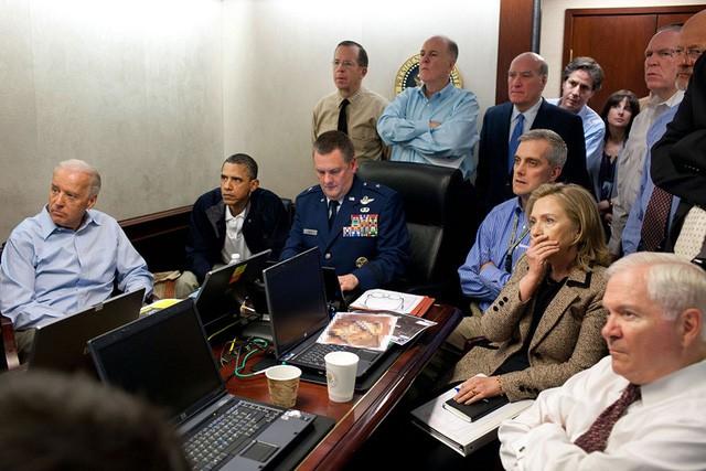 Ông Obama cùng Phó Tổng thống Joe Biden và đội an ninh quốc gia theo dõi nhiệm vụ tiêu diệt trùm khủng bố khét tiếng Osama bin Laden.