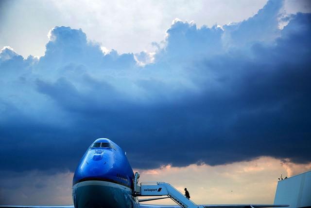 Tổng thống bước lên chiếc Air Force One để rời khỏi sân bay quốc tế John F. Kennedy.