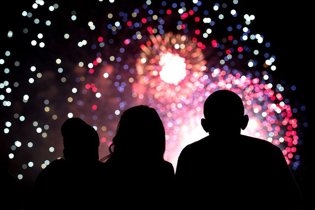 Tổng thống xem pháo hoa cùng vợ và con gái trong ngày Quốc khánh 2014, họ đang đứng trên mái Nhà Trắng.