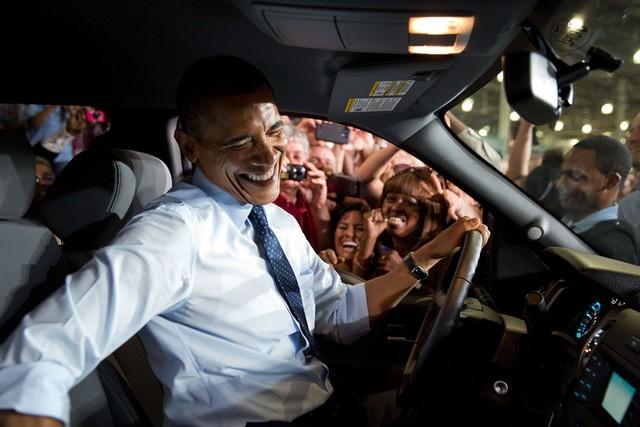 Ông Obama ngồi lên một chiếc xe ô tô trong chuyến thăm tới nhà máy của Ford tại bang Missouri năm 2013. Tại đây ông đã có 1 bài phát biểu về kinh tế. Phóng viên ảnh nghĩ rằng Tổng thống sẽ kéo cửa kính cửa sổ xuống để bắt tay công nhân nhà máy, nhưng ông đã mở hẳn cửa lên xe và chuyển sang ghế lái xe để gần dân chúng hơn nữa.