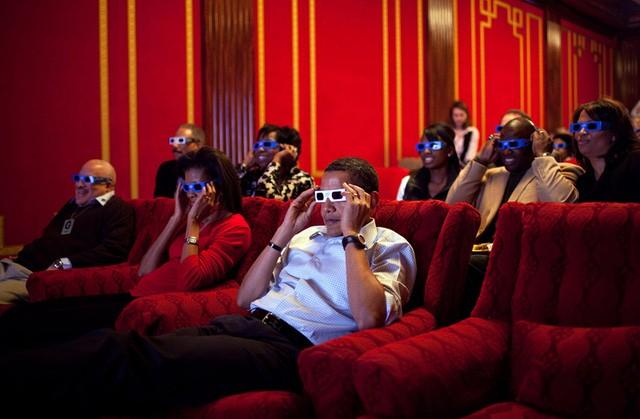 Tổng thống Obama và đệ nhất phu nhân trong bữa tiệc xem giải Super Bowl tại Nhà Trắng. Họ đang xem 1 đoạn quảng cáo 3D.