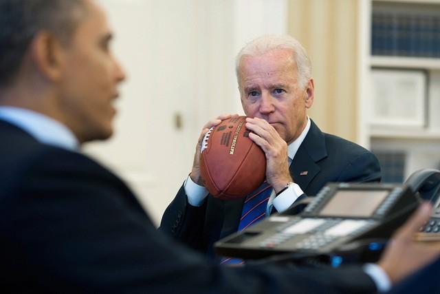 Ông Obama và phó tướng Joe Biden trong cuộc gọi với các lãnh đạo chủ chốt để bàn về trần nợ và sự kiện Chính phủ Mỹ phải đóng cửa kỹ thuật năm 2013.