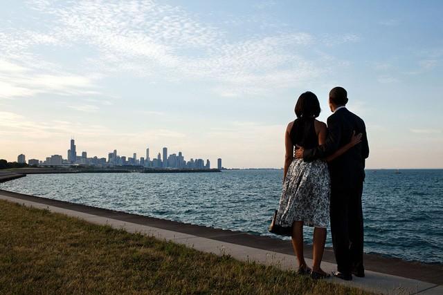 Vợ chồng Obama đáp trực thăng xuống Chicago vào một chiều tháng 6 năm 2012. Thay vì lên đoàn xe hộ tống, họ quyết định đi bộ men theo bờ hồ Michigan để nhìn ngắm khung cảnh quê nhà.