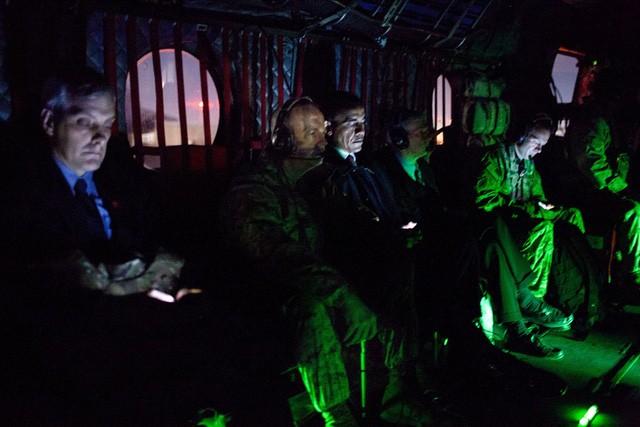 Trên chuyến trực thăng từ Kabul quay về Bagram Air Field sau cuộc gặp với Tổng thống Afghanistan Hamid Karzai.