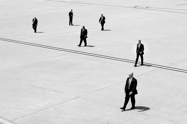 Tổng thống Obama cùng các đặc vụ Mỹ đang bước tới chiếc Không lực 1 tại sân bay quốc tế Los Angeles, California.