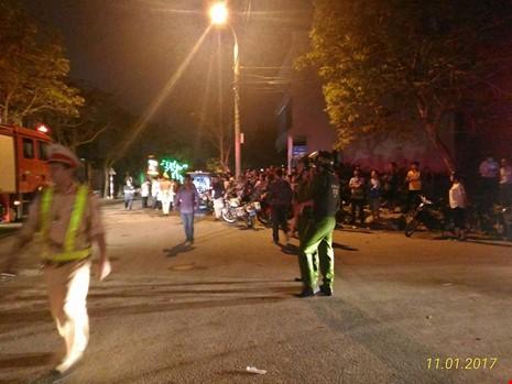 Sập giàn giáo ở Đà Nẵng, nhiều người bị vùi lấp - ảnh 2