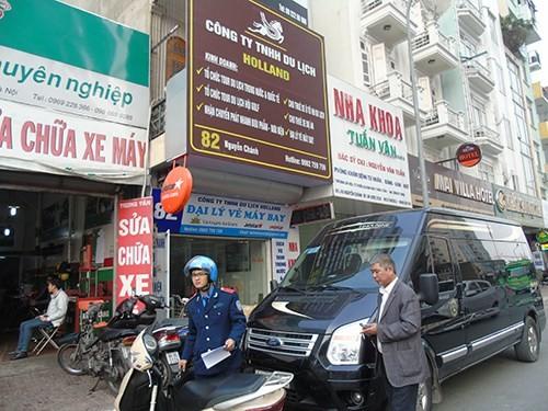 """Xe khách hạng sang """"chạy dù"""" công khai ở Hà Nội"""