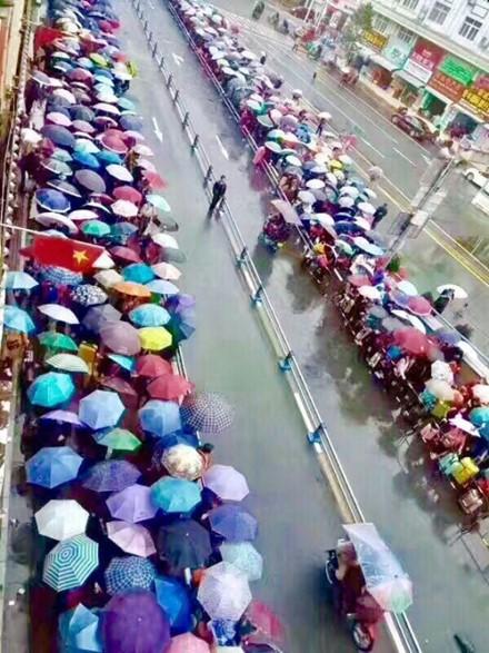 Du khách Trung Quốc kẹt cứng cửa khẩu Móng Cái và vịnh Hạ Long ảnh 2