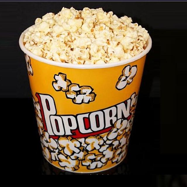 Hộp bỏng ngô truyền thống trong rạp chiếu phim, người Mỹ hay đổ các loại siro hay hương liệu lên để bỏng có hương vị khác lạ.