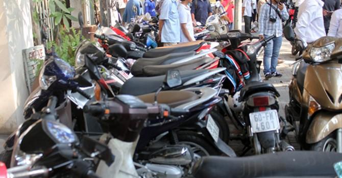 Hàng loạt điểm giữ xe trên vỉa hè Sài Gòn bị thu giấy phép