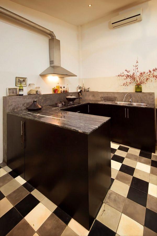 Một căn bếp nhỏ xinh với thiết kế đơn giản theo hình chữ U.