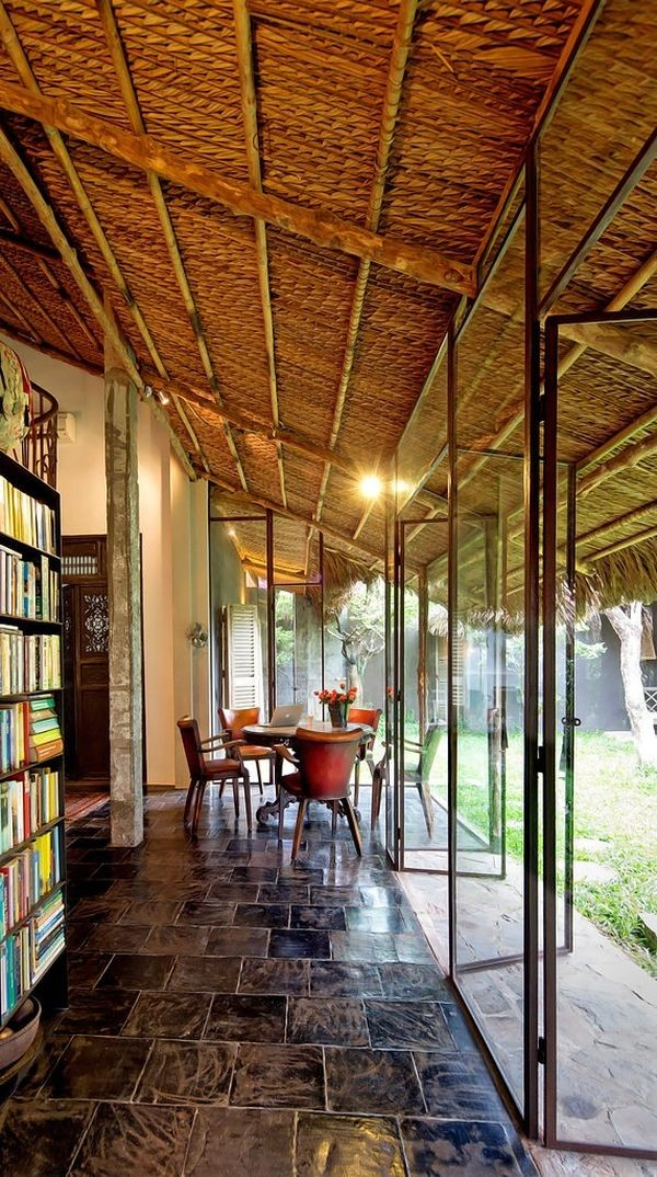 Ngồi bên trong nhà có thể hướng tầm mắt ra khu vườn xanh mát phía ngoài.