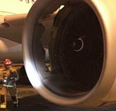 Lính cứu hỏa đứng cạnh động cơ hỏng. Ảnh: Weibo