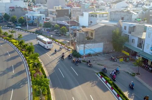 Căn nhà án ngữ trên phần đường dành cho người đi bộ, xe máy và thô sơ. Ảnh: Như Quỳnh