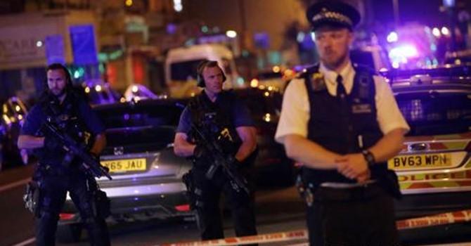 Tấn công bằng dao ngay sau vụ lao xe tải gần thánh đường Hồi Giáo ở Anh