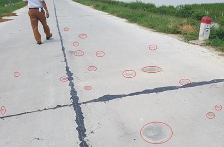 """Đường """"tráng xi măng trên cát"""": Giám đốc Sở GTVT đến kiểm tra, nhà thầu đứng ... hỗ trợ ảnh 1"""
