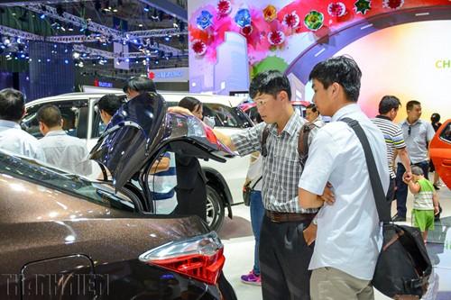 Thị trường ô tô lao dốc trong 'bão' giảm giá - ảnh 1