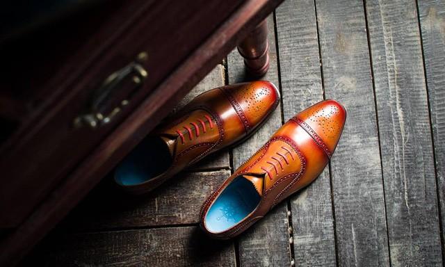 Một mẫu giày đặc trưng của thương hiệu khởi nghiệp CNES do Lê Huy Tiến sáng lập