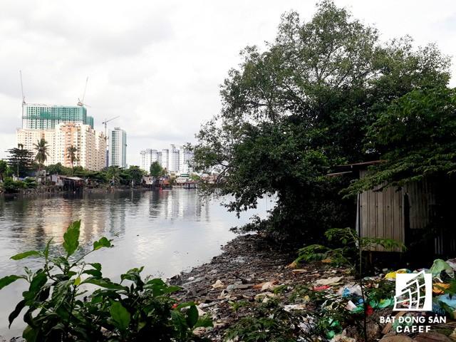 Các khu nhà ổ chuột đều nằm cạnh các dòng kênh lớn của Sài Gòn như Tàu Hủ, Thị Nghè, Kênh Tẻ, kênh Đôi, Tham Lương..., có dòng nước thải đen ngòm chảy qua. Những ngôi nhà đều lấn qua cả mép nước bờ kênh.