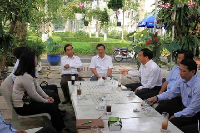 Quán cà phê doanh nhân với ghế đá, cây cảnh tại Đồng Tháp. Bí thư Tỉnh ủy Lê Minh Hoan ngồi ở ghế chính giữa