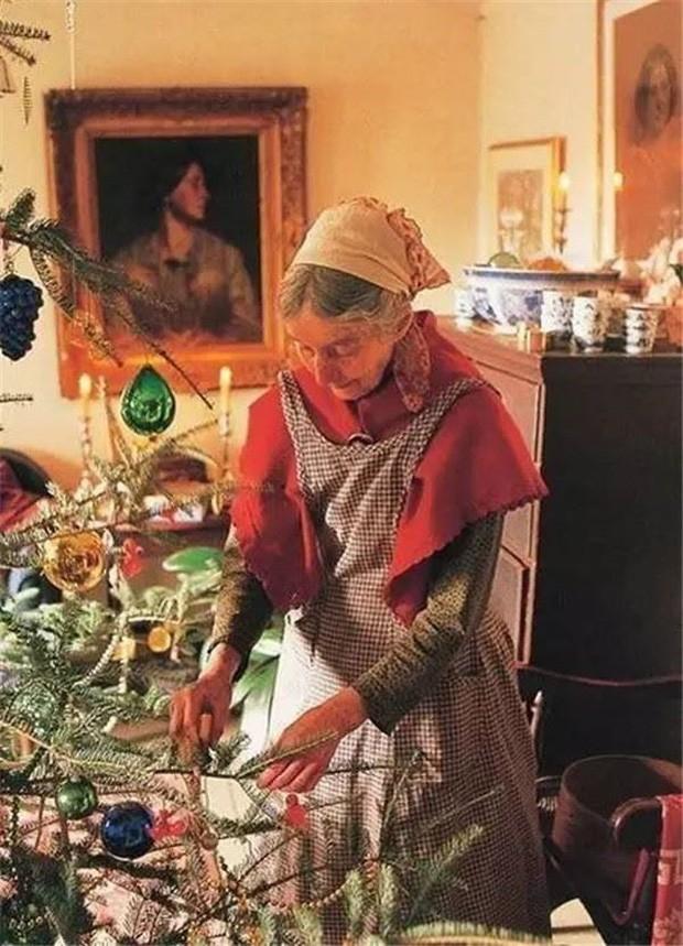 Bà Tasha trang trí cây thông trong một Giáng sinh.