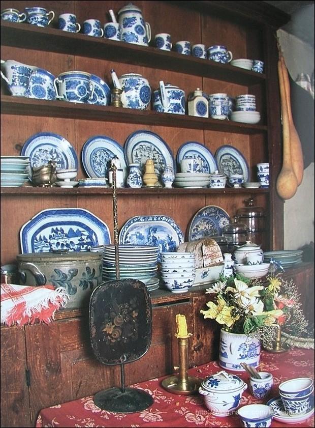 Trong khu bếp của mình, bà Tasha đóng rất nhiều giá kệ để có không gian lưu trữ đồ gốm. Có vẻ như, những món đồ gốm tinh xảo là một sở thích của bà.