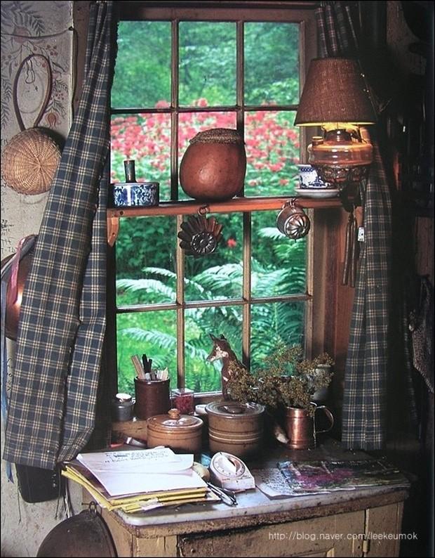 Ngôi nhà của bà có rất nhiều cửa sổ nhìn ra khu vườn xinh xắn, xanh mát.