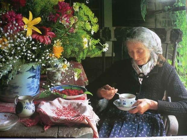Không gian sống của bà luôn ngập hoa tươi được hái từ chính khu vườn bà chăm sóc.