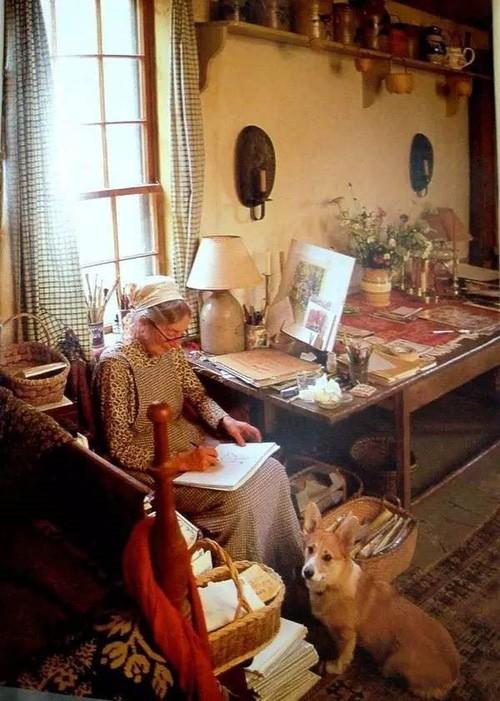 Một góc làm việc của bà Tasha đặt gần cửa sổ. Đây là nơi bà sáng tác, viết ra những tác phẩm sách, truyện nổi tiếng cho thiếu nhi.