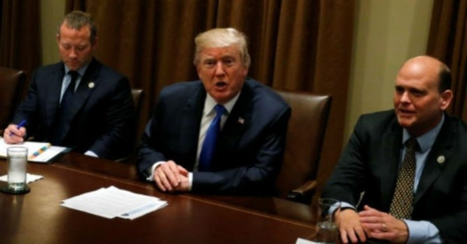 """Mong """"đổi vận"""" tại Quốc hội Mỹ, Tổng thống Trump xoay sang phe Dân chủ"""