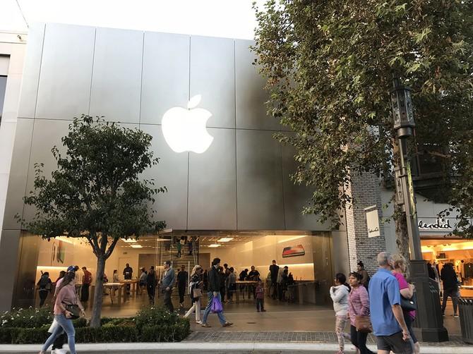 Cửa hàng Apple trên đường Canton không có người xếp hàng bên ngoài chờ mua